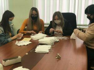 Жители Заинска продолжают шить маски для нуждающихся в них людей