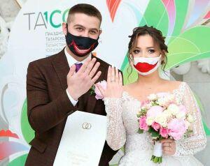 Молодожены Нижнекамска удивили креативными масками на регистрации брака