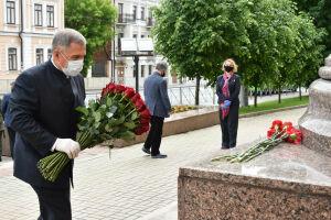Минниханов возложил цветы к памятнику Пушкину