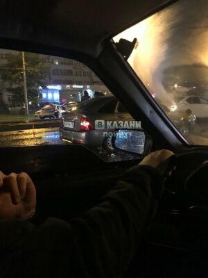 В Казани ночью в аварии столкнулись не менее 6 машин, одна из них такси