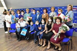 Депутаты «Мэрхэмэт» вручили планшеты многодетным семьям социальных работников