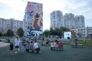 По программе «Наш двор» в Казани благоустроили сквер с экраном для кинопоказов