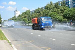 В Набережных Челнах в жару дороги начали усиленно поливать водой