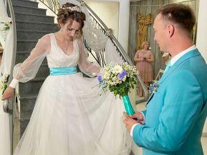 В Нижнекамске сыгравшим свадьбу в телеэфире супругам вручили знак «100 лет ТАССР»