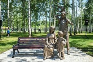 В центре Нижнекамска открыли скульптурную композицию «У меня есть семья»