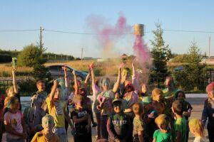 Фестиваль красок Холи провели в менделеевском селе Мунайка