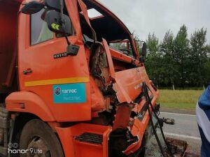 Под Челнами один «КАМАЗ» врезался в другой, водителя зажало в кабине