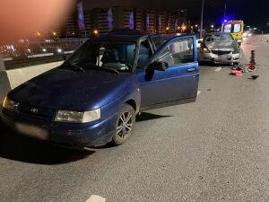 В Челнах легковушка сбила толкавших машину парней, один погиб