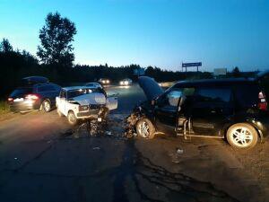 Две легковушки столкнулись на трассе под Челнами, водители серьезно пострадали