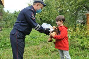 Инспекторы ДПС навестили мальчика, которого спасли после укуса змеи в Татарстане