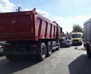 Грузовик протаранил легковушку в Челнах, ее водитель и пассажир в больнице