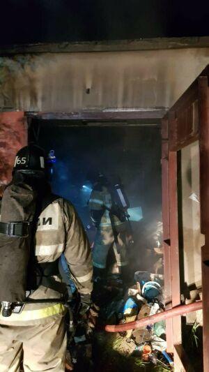Пожарные в Альметьевске вскрыли гараж, чтобы спасти устроившего пожар мужчину
