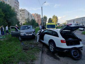 Три девушки пострадали при лобовом столкновении «Ауди» и «Нивы» в Казани