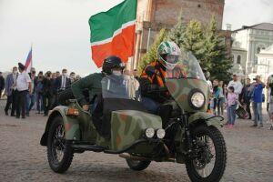 Рустам Минниханов в День республики приехал на скачки на мотоцикле