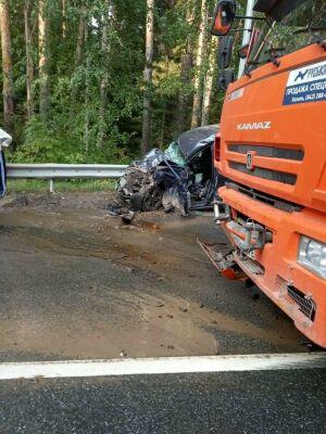 После лобовой аварии с грузовиками под Казанью дорога оказалась залита топливом