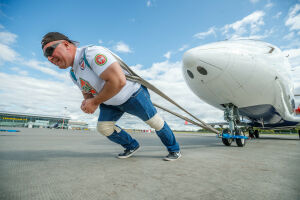 В Казани «Русский Халк» установил рекорд России по перетягиванию самолета