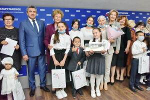 Женщины-депутаты РТ вручили планшеты многодетным семьям учителей и воспитателей