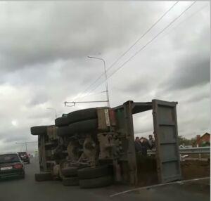 В Казани часть дороги засыпало песком из опрокинувшегося «КАМАЗа»