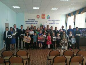 В Алькеевском районе вручили планшеты многодетным семьям учителей и воспитателей