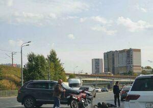 Внедорожник в Казани сбил девушку-байкера, пострадавшей потребовалась помощь