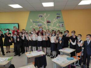 Патяшина научила учеников одной из школ Казани правильно мыть руки и носить маску