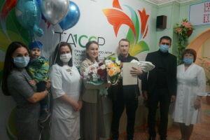 В Мамадыше родителям «юбилейного» младенца вручили медаль к 100-летию ТАССР