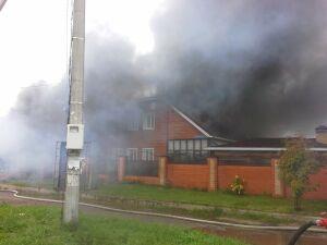 Пожарные тушат частный дом в Казани, который загорелся ранним утром