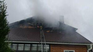Пожарные вынесли из горящего дома в Казани газовые баллоны, предотвратив взрыв