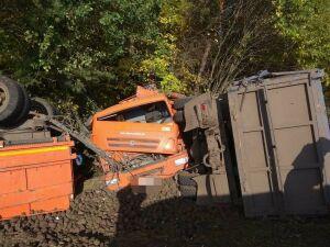 После столкновения два самосвала завалились в кювет в РТ, пострадали оба водителя