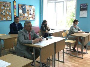 Министр образования и науки Татарстана написал «Диктант Победы» в казанской школе
