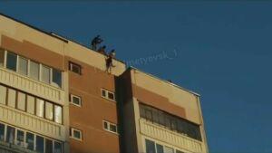 Прокуратура РТ проверяет видео с подростком, которого приятели свесили с крыши