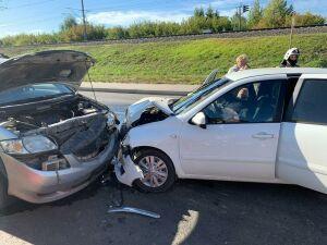 В лобовом столкновении двух иномарок в Казани пострадал водитель одной из них