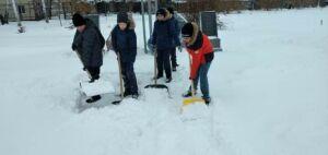 В Нурлате юнармейцы очистили территорию мемориального комплекса от снега