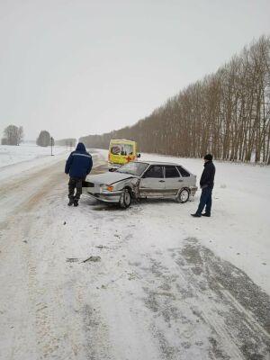 В Татарстане два авто столкулись на повороте в деревню, двое пострадали