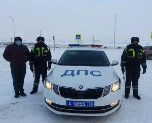 В Татарстане автоинспекторы спасли мужчину, который замерзал на обочине трассы