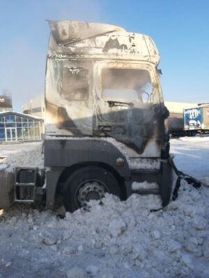 Горящий на парковке у трассы в РТ тягач засыпали снегом из ковша экскаватора