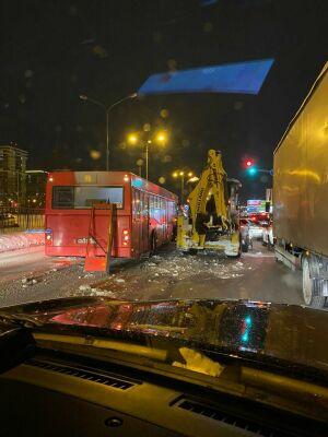 У автобуса оторвало дверь после столкновения с экскаватором в Казани