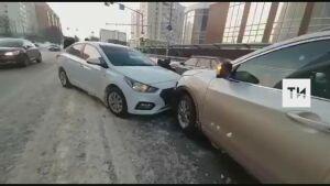 В центре Казани пьяный водитель выехал на встречку и протаранил два авто