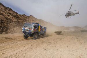 Грузовик «КАМАЗа» столкнулся с вертолетом во время 12-го этапа гонки «Дакар»