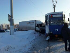 В Нижнекамске грузовик протаранил трамвай, пострадала женщина