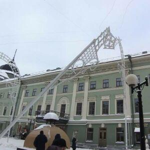 В Казани на Баумана «ГАЗель» снесла новогоднюю инсталляцию