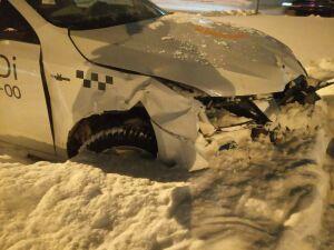 Пассажирку такси увезли в больницу после ночного ДТП в центре Челнов