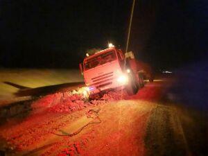 Автоинспекторы помогли водителю, грузовик которого увяз в снегу в Нижнекамске