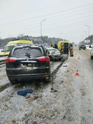 В Казани столкнулись легковушка и внедорожник из Москвы, один человек пострадал