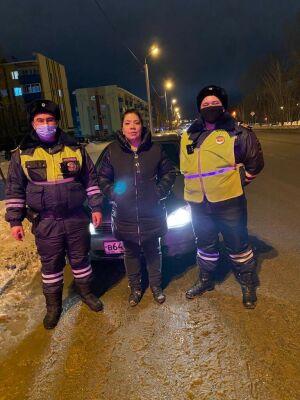 В Альметьевске инспекторы ДПС помогли автоледи, чья машина увязла в снегу