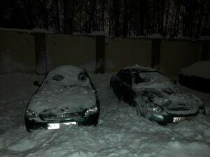 Альметьевцы показали, как их автомобили пострадали от падения снега с крыши