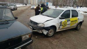 В Набережных Челнах в массовом ДТП пострадала пассажирка такси