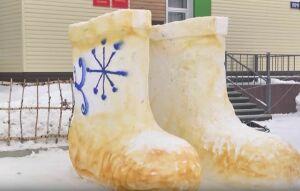 Елабужский художник слепил гигантские снежные валенки