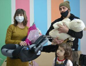 Новорожденный из Бавлов поехал домой в новой автолюльке
