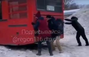 После видео, как пассажиры толкали автобус во дворе в Казани, наказали водителя